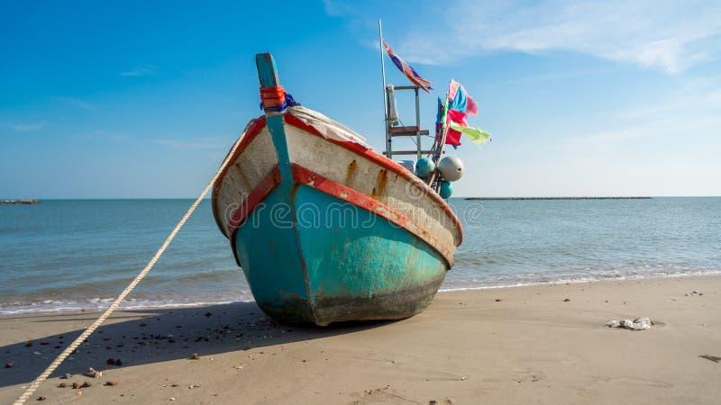 Рыбацкая лодка на пляже с предпосылкой голубого неба стоковые фотографии rf