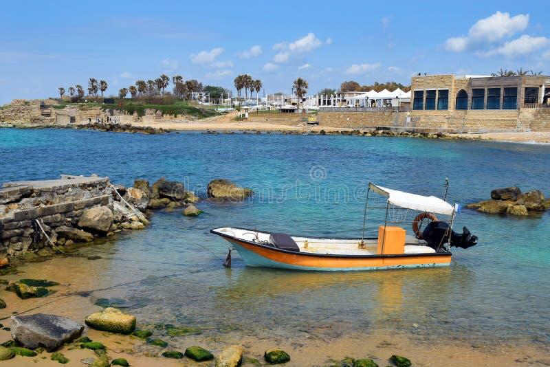 Рыбацкая лодка на старом порте Caesarea, Израиле стоковое фото rf