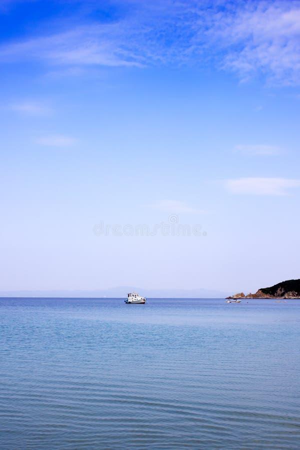 Рыбацкая лодка плавая на воду стоковая фотография rf