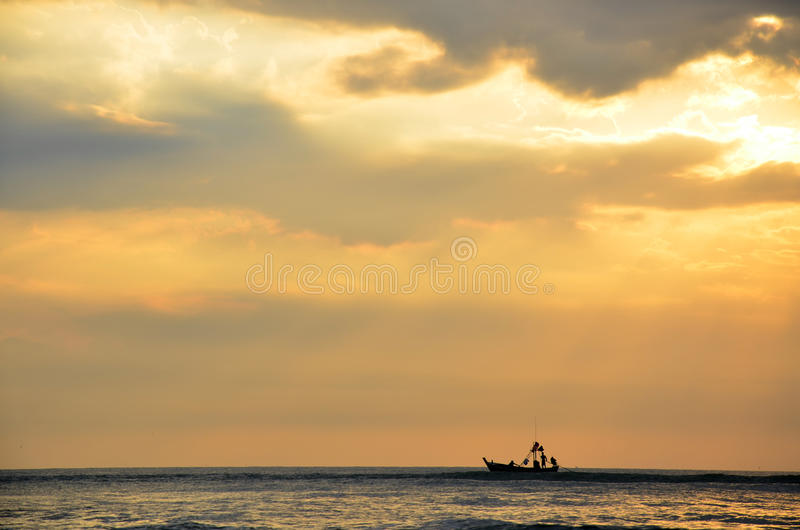 Рыбацкая лодка плавая на море стоковая фотография