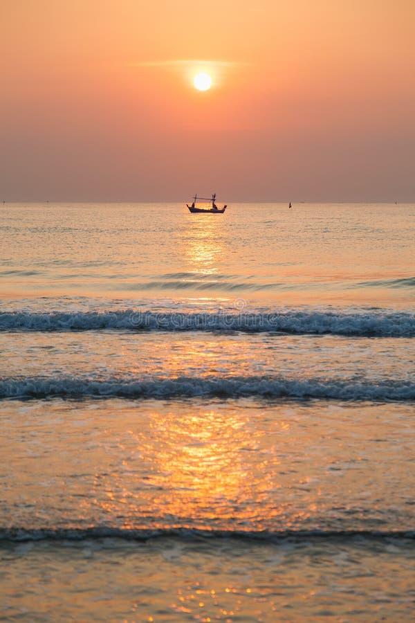 Рыбацкая лодка утра стоковое изображение rf