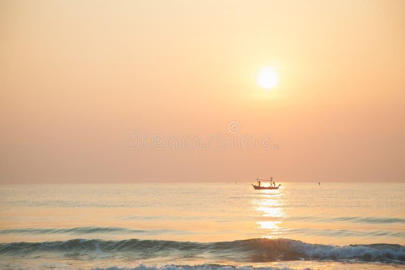 Рыбацкая лодка утра стоковое фото