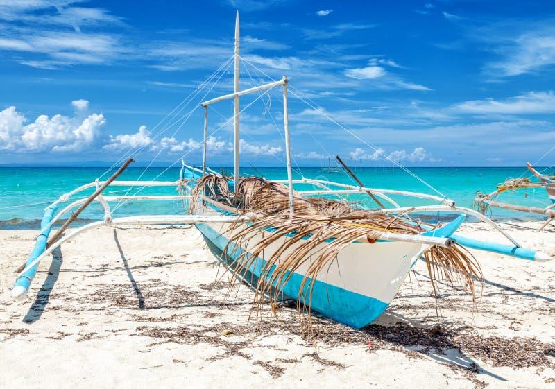 Рыбацкая лодка Филиппин на красивом пляже стоковая фотография