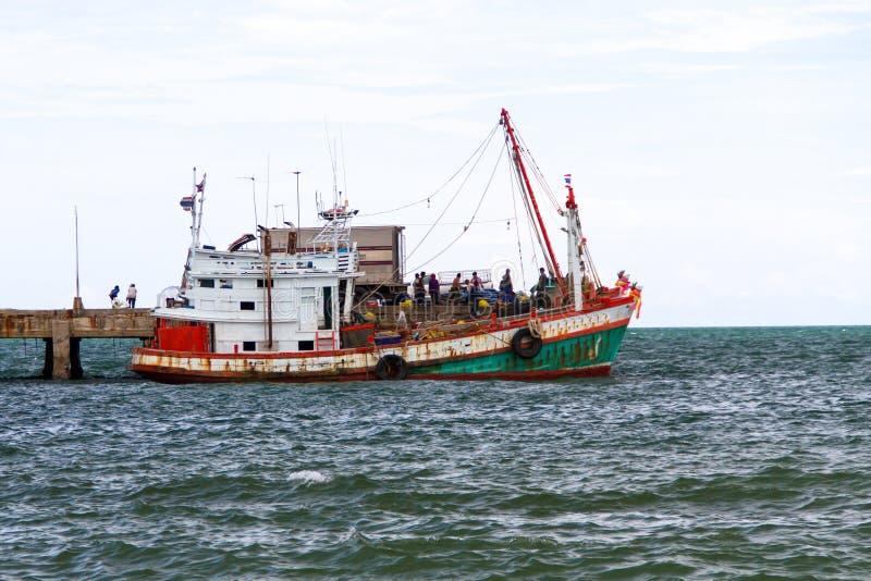 Download Рыбацкая лодка стоковое фото. изображение насчитывающей bluets - 33733112