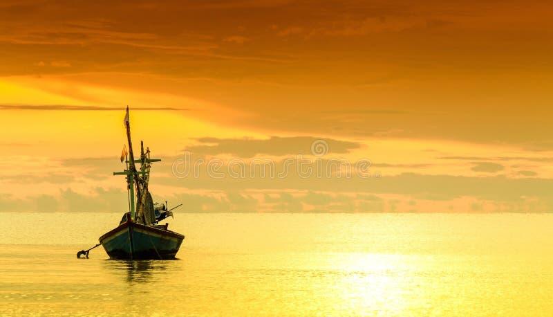 Download Рыбацкая лодка стоковое фото. изображение насчитывающей наконечников - 33736764