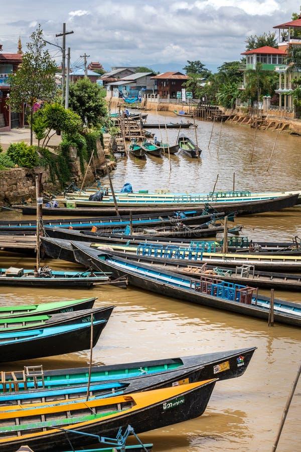 Рыбацкие лодки вдоль реки канала Inle Мьянма, Бирма стоковые изображения