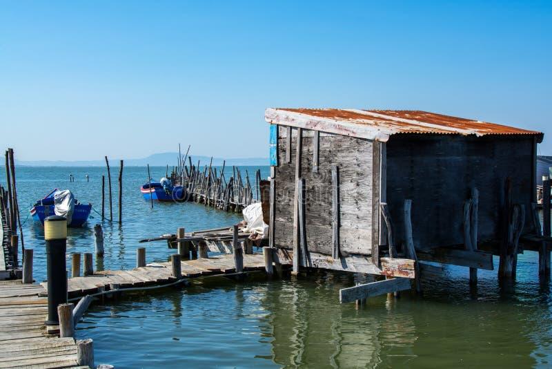 Рыбацкие лодки в рыбном порте Carrasqueira старом стоковое фото