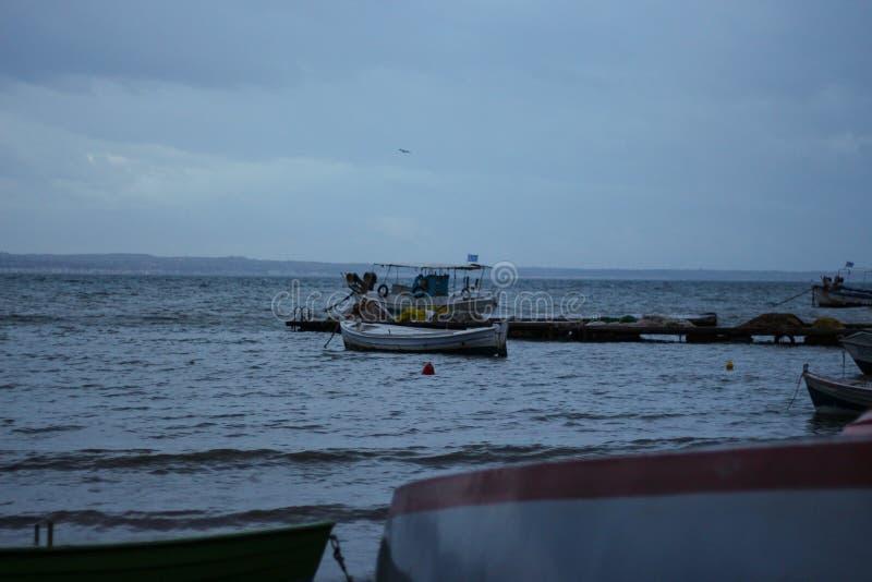 Рыбацкие лодки в kalamaria стоковое фото