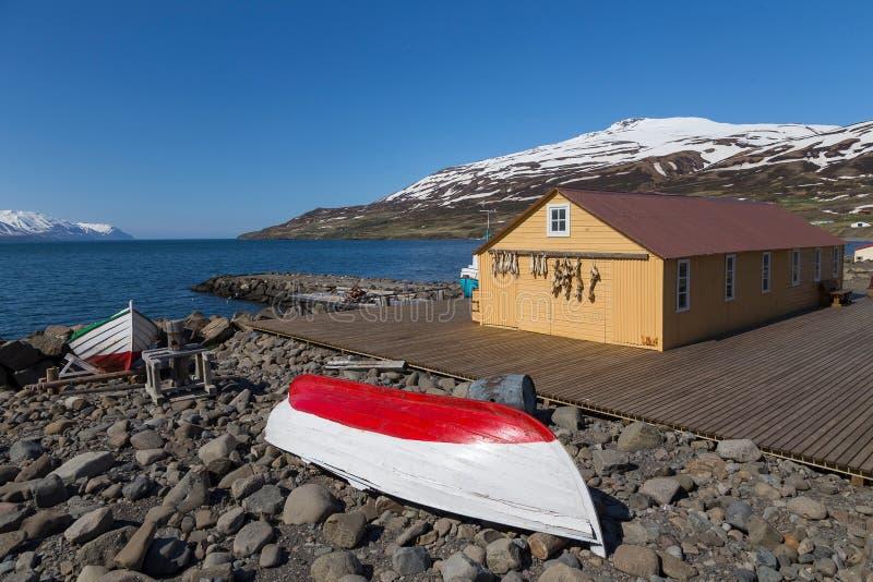 Рыбацкие лодки и сарай в Grenivik, северной Исландии стоковые фотографии rf
