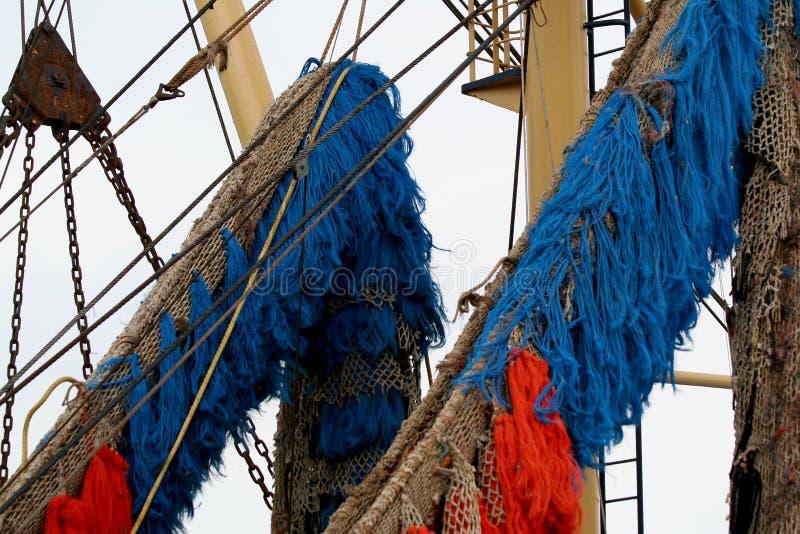 Рыбацкие лодки и сети и такелажирование стоковые фотографии rf