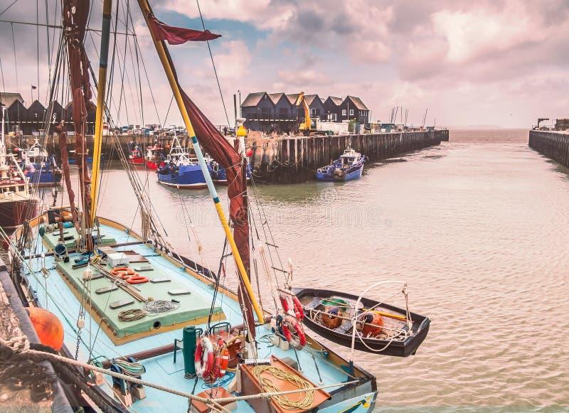 Рыбацкие лодки и хаты в Whitstable затаивают, Кент, Великобритания стоковое фото