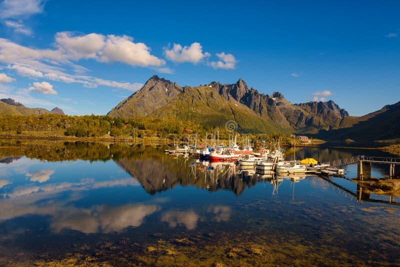 Рыбацкие лодки и яхты на островах Lofoten в Норвегии стоковая фотография rf