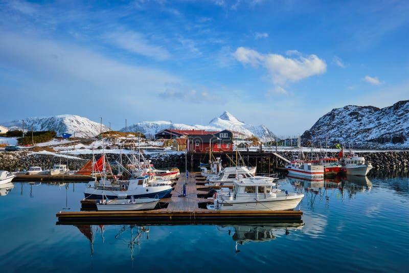 Рыбацкие лодки и яхты на пристани в Норвегии стоковое изображение