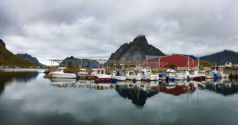 Рыбацкие лодки на порте деревни Reine на островах Lofoten в Норвегии стоковые фотографии rf