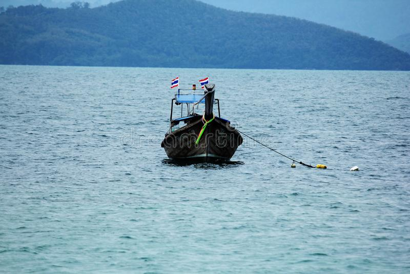Рыбацкие лодки припаркованные в море стоковая фотография rf