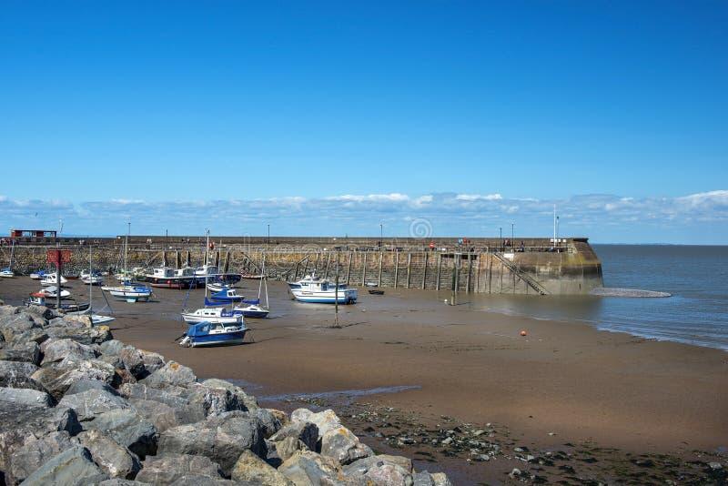 Рыбацкие лодки во время отлива, гавань Penzance, Корнуолл, Англия стоковые фотографии rf