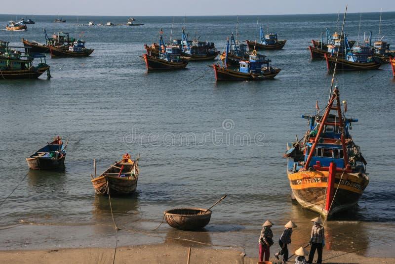 Download Рыбацкие лодки в море в Вьетнаме Редакционное Стоковое Фото - изображение насчитывающей море, ландшафт: 40588193