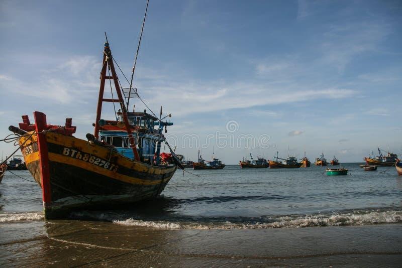 Download Рыбацкие лодки в море в Вьетнаме Стоковое Изображение - изображение насчитывающей небо, boated: 40588283