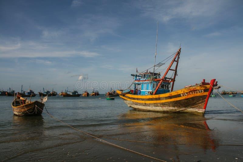 Download Рыбацкие лодки в море в Вьетнаме Стоковое Изображение - изображение насчитывающей работа, bluets: 40588587