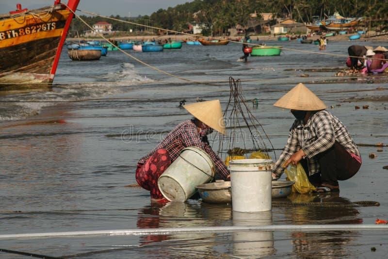 Download Рыбацкие лодки в море в Вьетнаме Редакционное Изображение - изображение насчитывающей вьетнам, шлем: 40588715