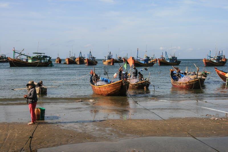 Download Рыбацкие лодки в море в Вьетнаме Редакционное Фотография - изображение насчитывающей bluets, рыболов: 40588742