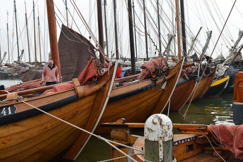 Рыбацкие лодки готовые для того чтобы плавать, Volendam, Голландия стоковые фотографии rf