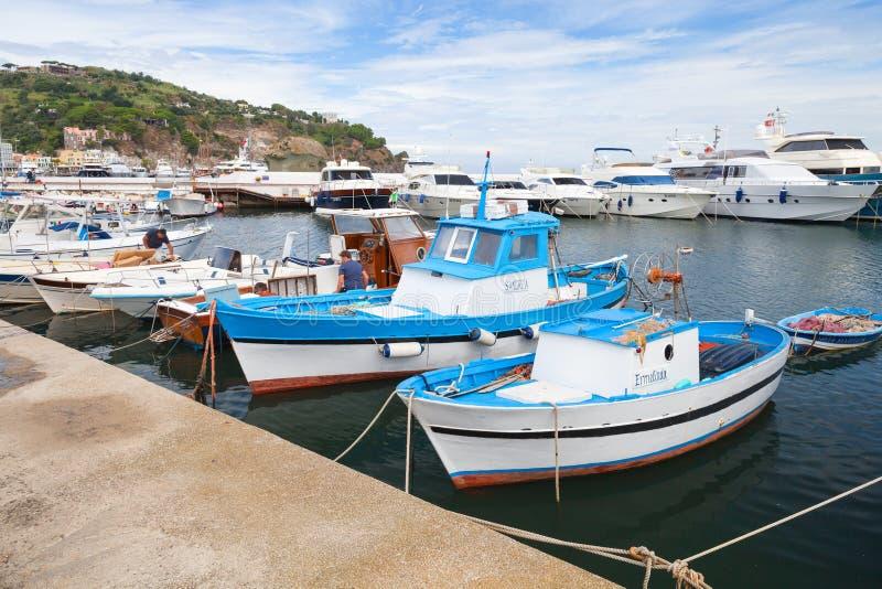 Рыбацкие лодки и яхты удовольствия, остров Ischia стоковое изображение rf