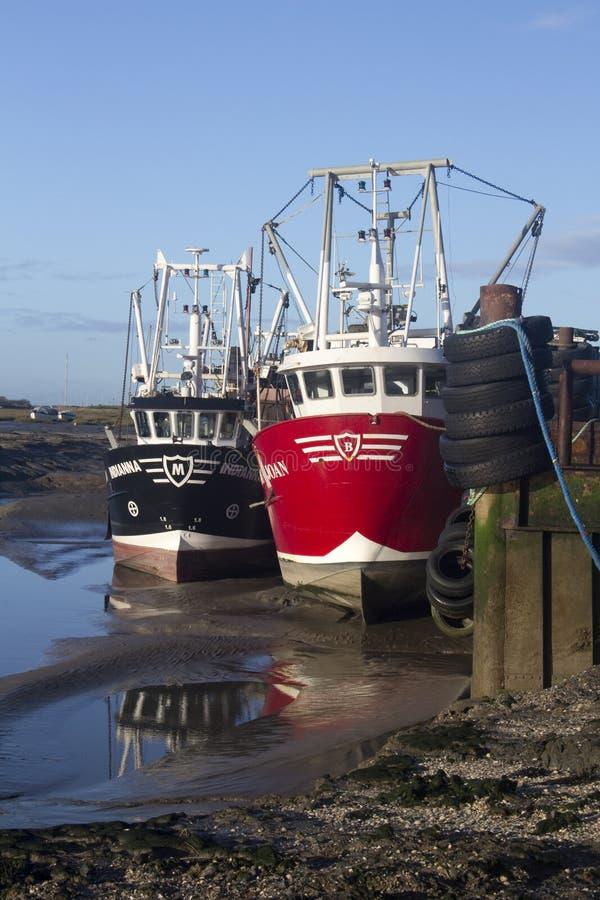 Рыбацкие лодки на старом Leigh, Essex, Англии стоковая фотография rf