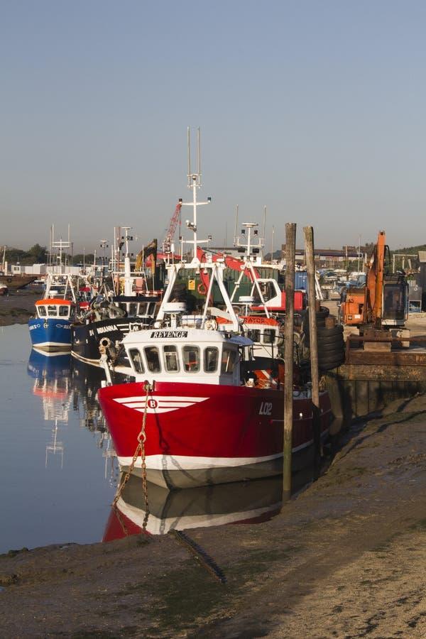 Рыбацкие лодки на старом Leigh, Essex, Англии стоковые изображения rf