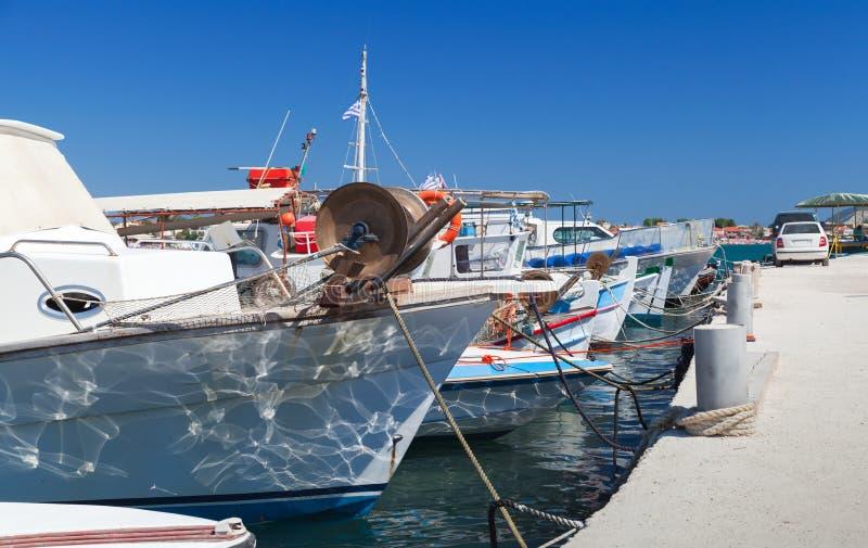 Рыбацкие лодки причаленные в порте ажио Sostis стоковые изображения rf