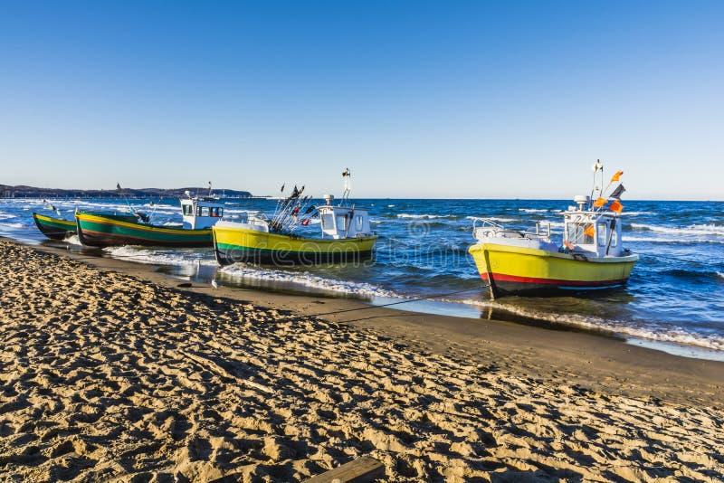 Рыбацкие лодки причаливая на пляже стоковые изображения rf