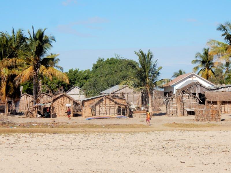 Рыбацкий поселок Мадагаскара, Morondava, с домами, церковью и ладонями стоковые фото