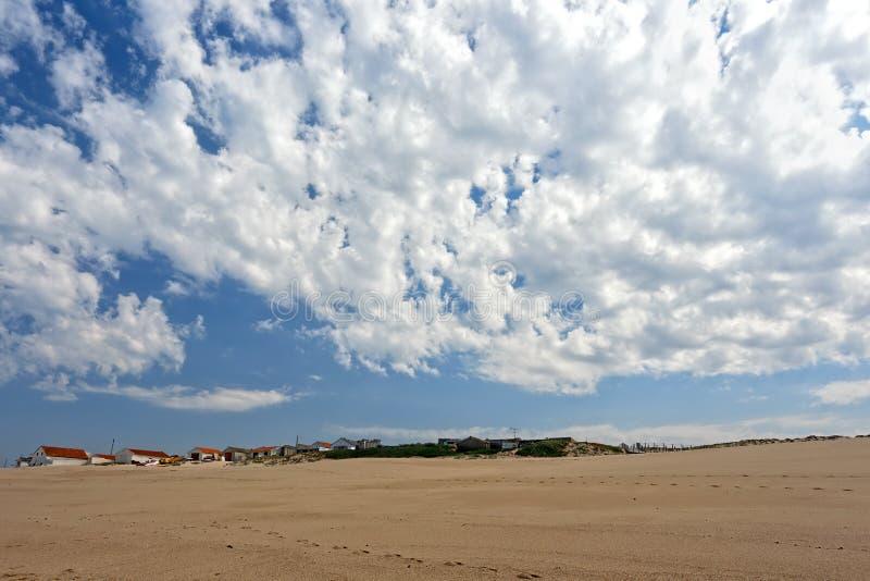 Рыбацкий поселок на дюне моря стоковые изображения