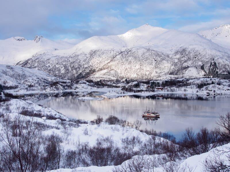 2 рыбацкой лодки на море около Svolvaer на островах Lofoten, Норвегии в зиме стоковое изображение