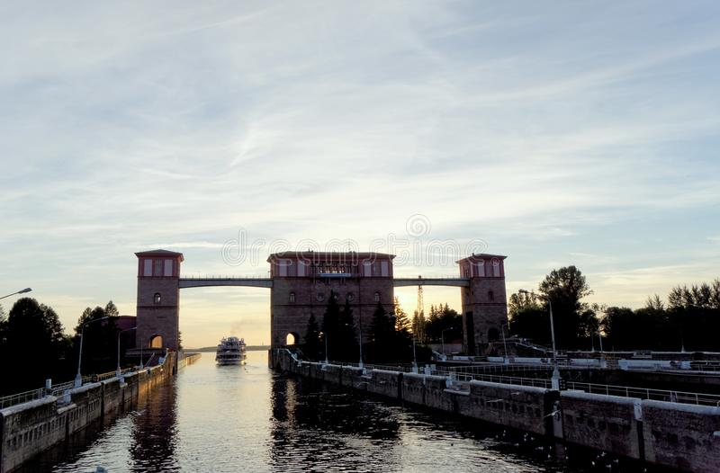 Рыбинск, Россия - 3-ье июня 2016 Столицы корабля 2 реки пассажира приходят из замка в резервуаре Рыбинска стоковое изображение rf