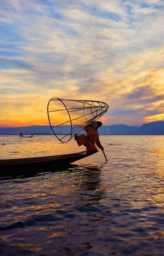 Рыбная ловля на заходе солнца, озере Inle, Мьянме стоковое фото