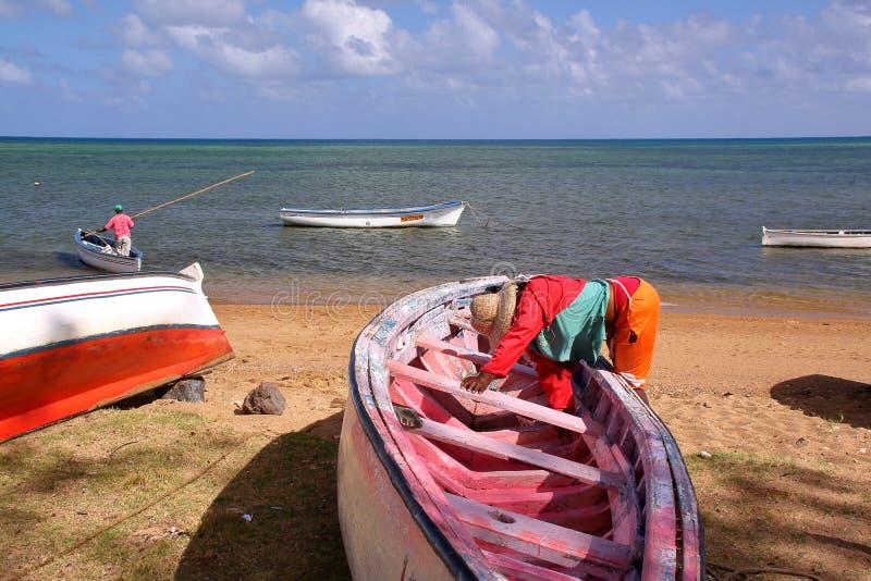 Рыбная ловля осьминога с красочными шлюпками на пляже около порта Mathurin стоковое изображение