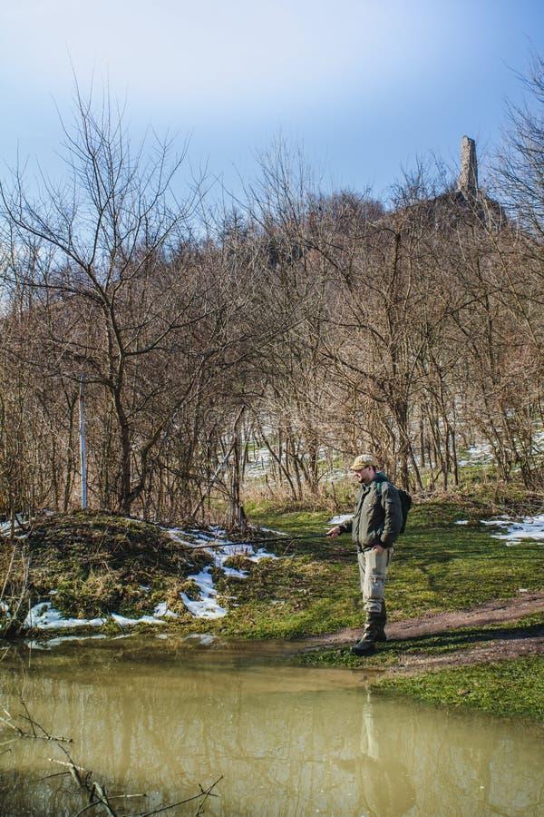 Рыбная ловля рыболова рекой стоковые изображения