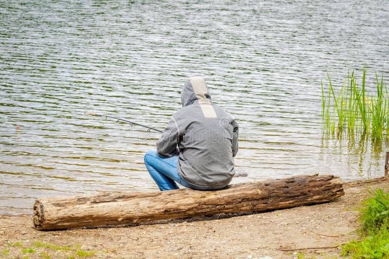 Рыбная ловля человека озером стоковая фотография rf