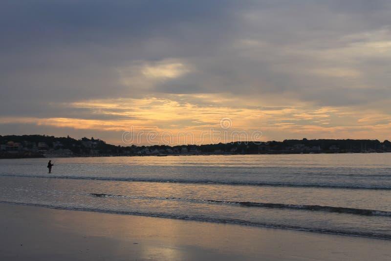 Рыбная ловля восхода солнца пляжа 1 гавани Swampscot стоковое изображение