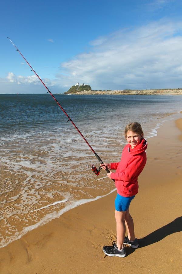 Рыбная ловля девушки - гавань Ньюкасл - Новый Уэльс - Австралия стоковое изображение