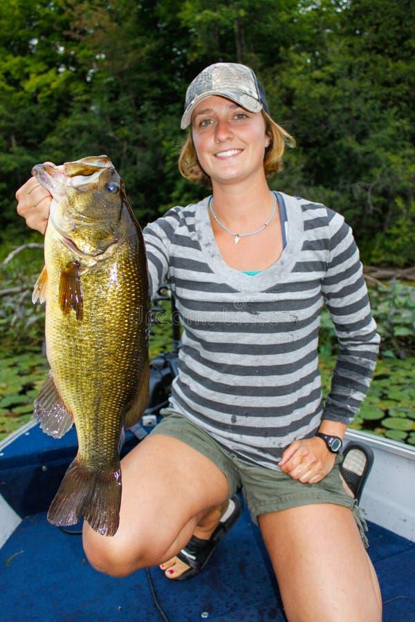 Рыбная ловля женщины Largemouth басовая стоковое изображение