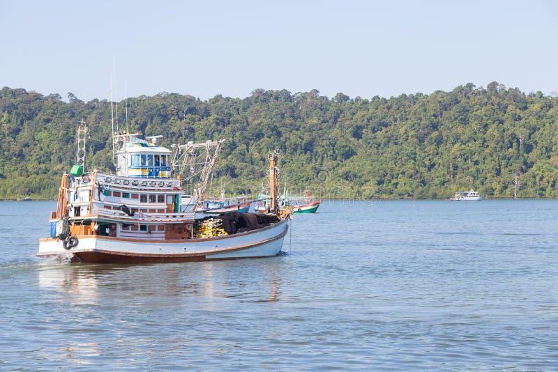 Рыбная ловля причаленная рыбацкими лодками стоковые изображения