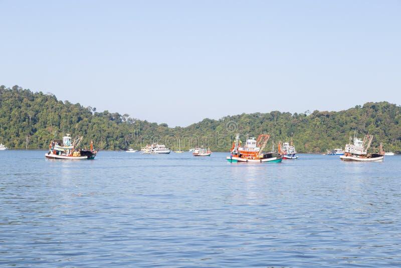 Рыбная ловля причаленная рыбацкими лодками стоковое фото