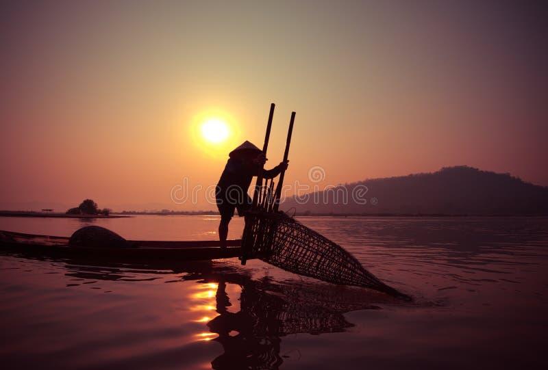 Рыбная ловля рыболова восхода солнца стоковое изображение