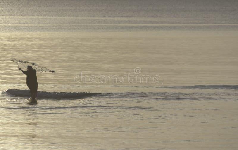 Рыбная ловля рыболова в утре на заливе Таиланда стоковое изображение rf