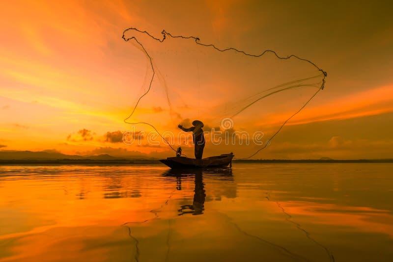 Рыбная ловля рыболова на озере в утре, Таиланде стоковые изображения rf