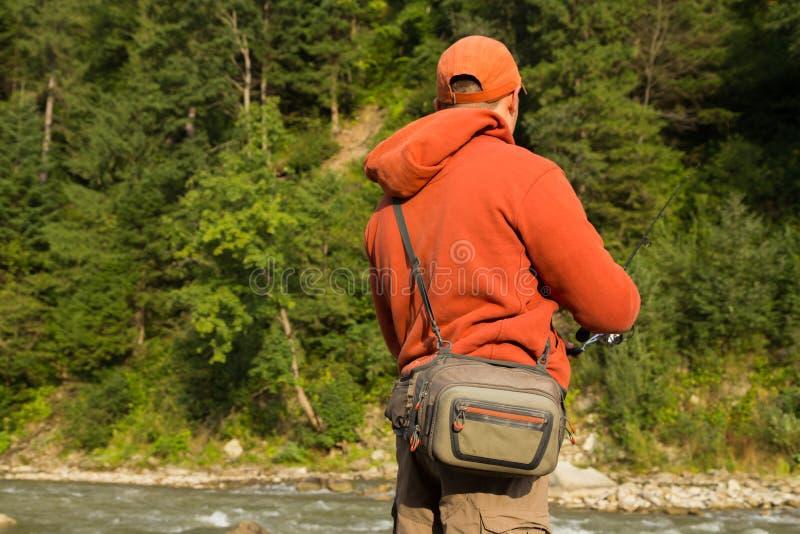 Рыбная ловля спорта для форели в реке горы стоковые фото