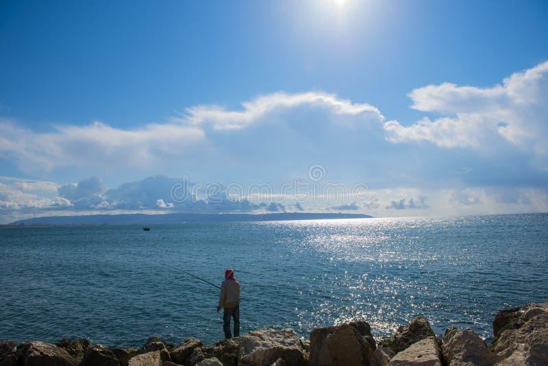 Download Рыбная ловля человека в акре, Израиле Стоковое Изображение - изображение насчитывающей haifa, люди: 37928941