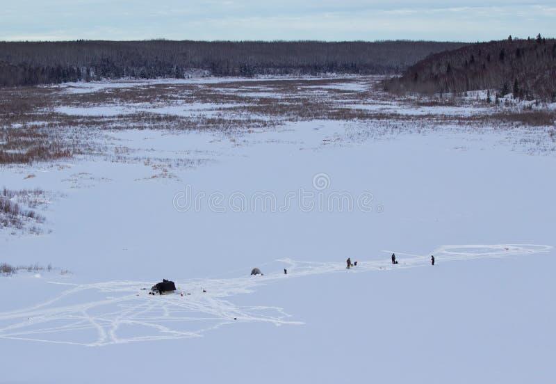 Рыбная ловля льда в северном Саскачеване стоковое изображение rf
